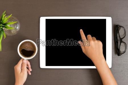 mano utilizzare tablet bianco sulla vista