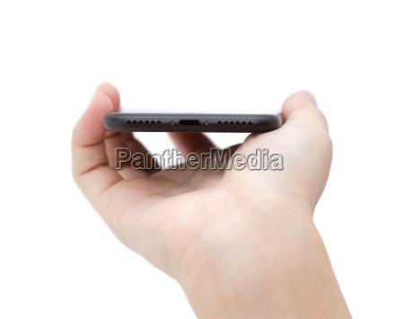 mano tenendo telefono mostrando porta usb