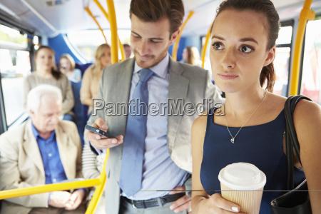 passeggeri in piedi su bus commuter