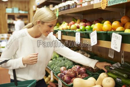 cliente femminile a contatore di verdure