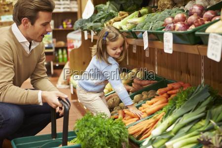 padre e figlia che scelgono verdure
