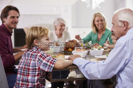 gruppo di famiglia estesa sit around