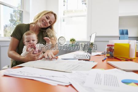 madre occupata con il bambino in