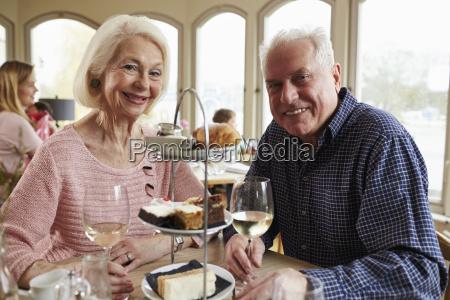senior coppia godendo te pomeridiano in