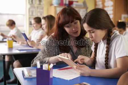 donna insegnante professore maestro scrivania educazione