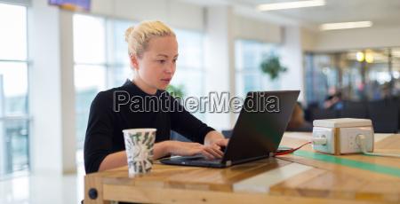 donna telefono ufficio portatile computer cellulare