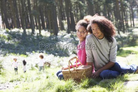 famiglia che fanno picnic in campagna