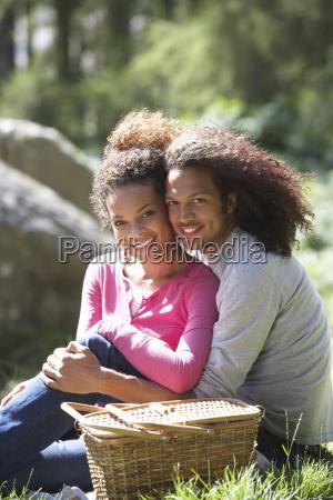 coppia che fanno picnic in campagna
