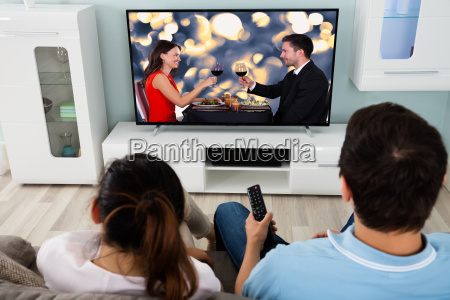 giovane coppia guardando film insieme