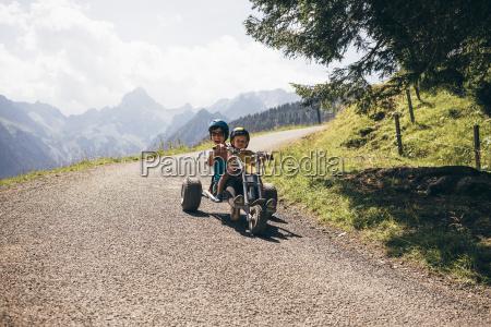 madre e figlio indossare il casco