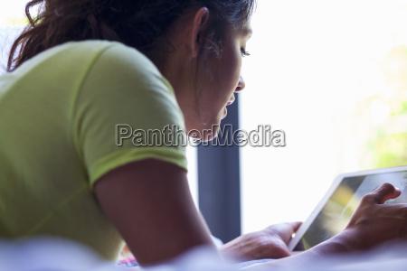 mloda kobieta uzywaca cyfrowego tabletu