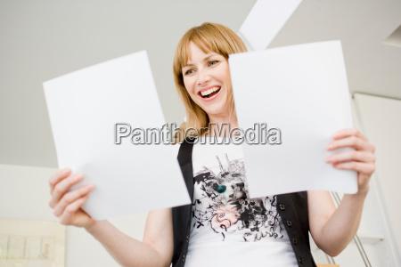 donna ufficio risata sorrisi guardare osservare