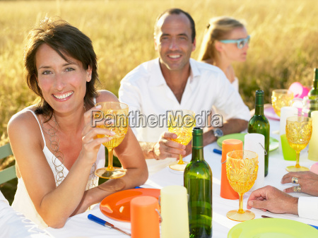 donna bicchiere risata sorrisi cibo bere