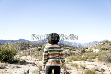 donna femminile deserto cappello guardare osservare