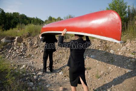 uomini, d'affari, che, trasportano, canoa - 19475578