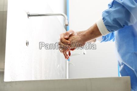 disinfezione chirurgica della mano il dottore
