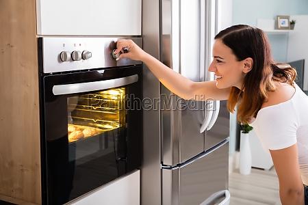 donna utilizzando forno a microonde in