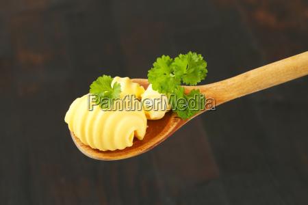 riccioli di burro sul cucchiaio