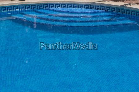 bella piscina in giardino