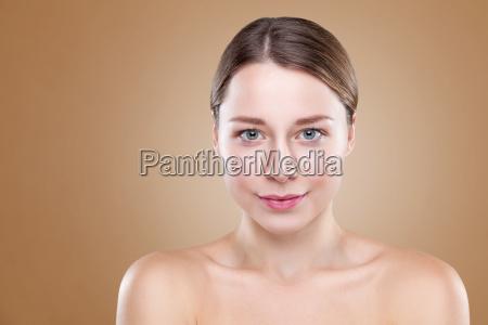 giovane donna naturale con grande carnagione
