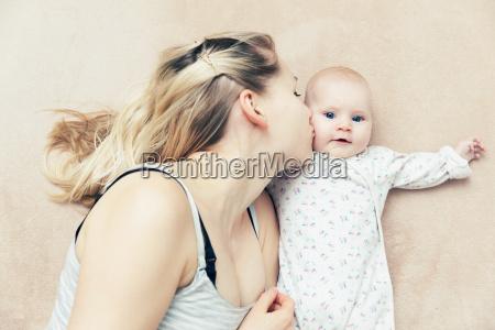 madre che bacia la sua neonata