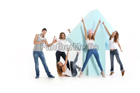 gruppo di amici con una freccia