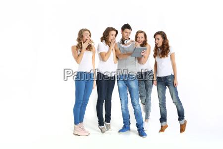 gruppo di giovani in cerca sorpreso