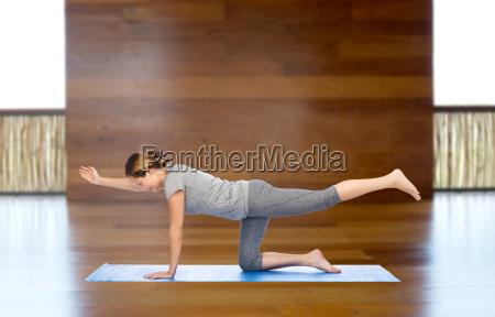 donna fare yoga in equilibrio posa