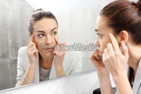 riflesso nello specchio donna naviga nello