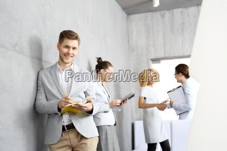 riunione daffari un giovane attende una