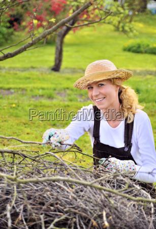 giovane donna che lavora nel frutteto