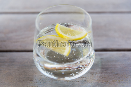 vetro di acqua frizzante con il