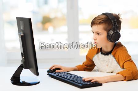 ragazzo con il computer e le
