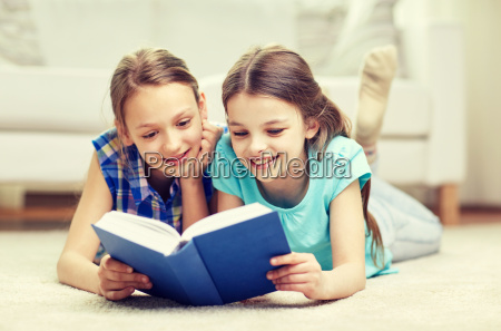 due ragazze felici leggendo libro a