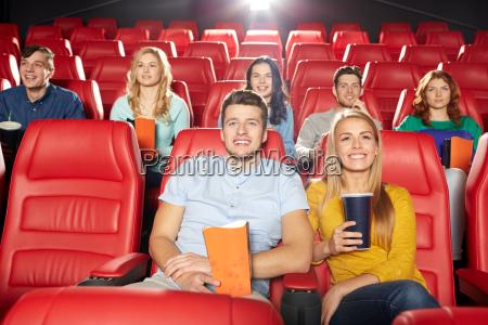 amici felici che guardano film in