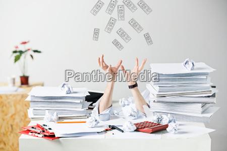 i molti documenti sgualciti sullo scrittorio