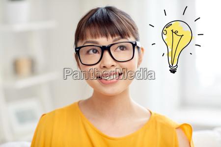 donna asiatica in occhiali con doodle
