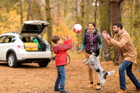 famiglia felice che gioca con la