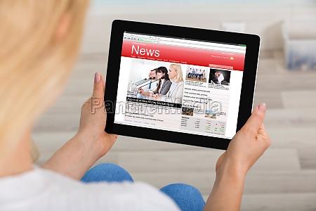 donna che legge notizie su tablet