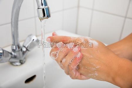 donna casa costruzione mano mani liquido