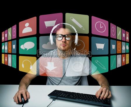 uomo in cuffia con il computer