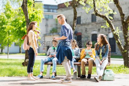 gruppo di studenti adolescenti a cortile