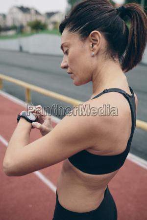 atleta su pista tartan guardando su