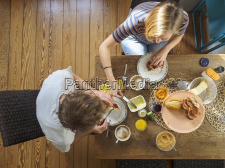 coppia giovane seduto a tavola fare