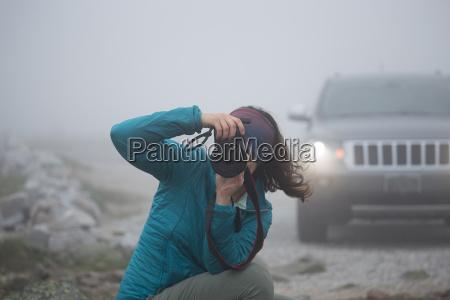 fotografo femminile che cattura maschera sul