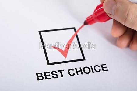 persona che seleziona la migliore scelta