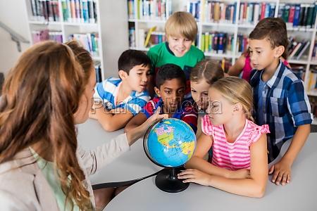 insegnante e alunni che guardano un