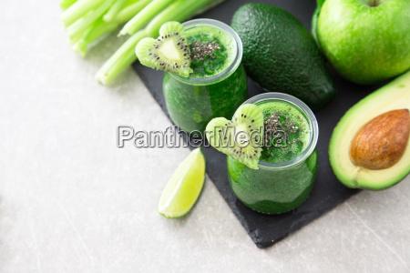 blended frullato verde con gli ingredienti