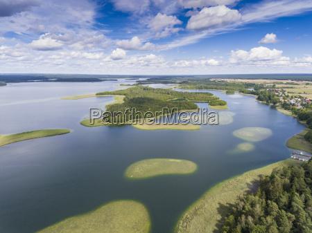 veduta di piccole isole sul lago
