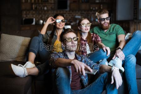 giovani amici in occhiali 3d guardando